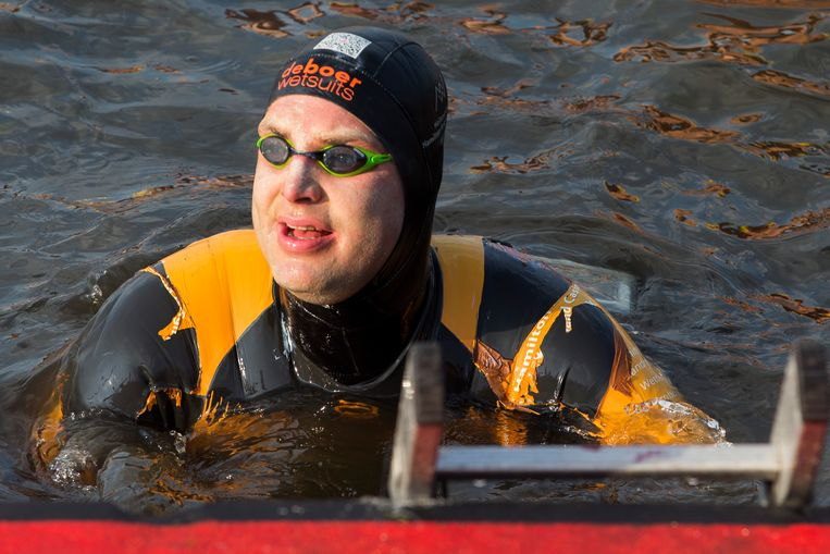 Maarten van der Weijden tijdens zijn Elfstedenzwemtocht. Beeld ANP