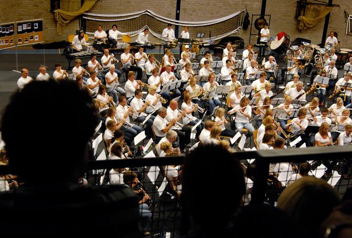 Archieffoto: In de sporthal gaf dit orkest een gelegenheidsconcert met allerlei verschillende muzikanten die nog maar net met elkaar hebben samengespeeld.