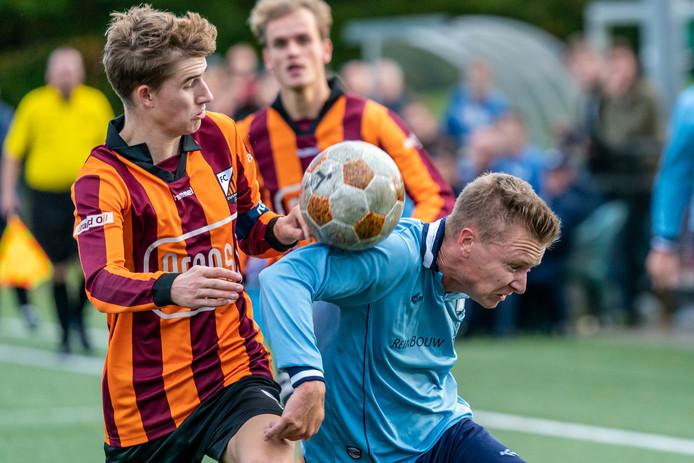 Rick Verlaan (rechts), hier tegen FC Zutphen, scoorde tegen SC Eefde de belangrijke gelijkmaker (2-2) voor vv Dieren.