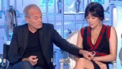 """""""We mogen nogmaals seksueel geweld op Franse tv zien"""": kijkers geven komiek ervan langs na handtastelijkheden"""