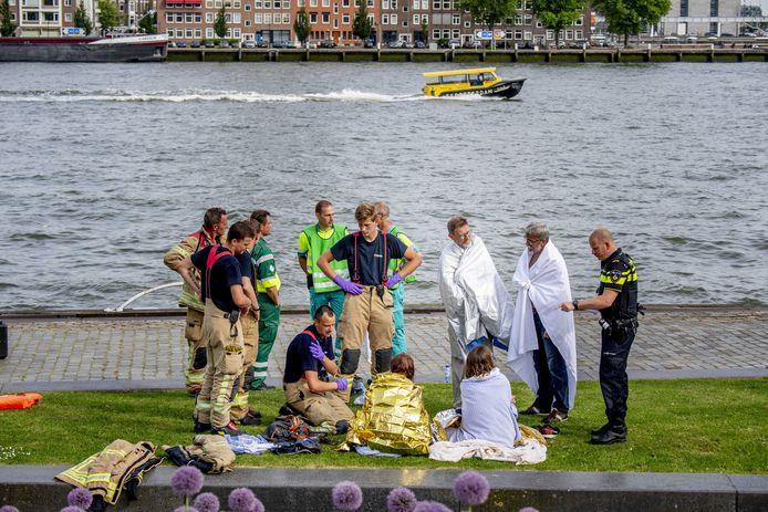 Bij het ongeluk raakten drie mensen gewond, twaalf mensen belandden in het water.