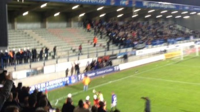 Een klein groepje 'Helmond Sport-fans' zoekt de confrontatie.