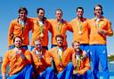 Kaj Hendriks (midden, achter) viert de bronzen medaille met  de Holland Acht op de Spelen van Rio in 2016.