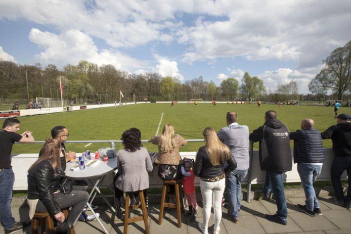 Iets dat tot de verleden tijd gaat behoren: toeschouwers kijken op sportpark de Warande naar de wedstrijd tussen RKPVV en HVV.