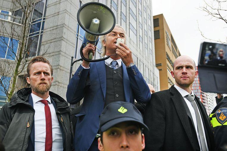 Wilders spreekt zijn aanhang toe in de Rotterdamse binnenstad Beeld null