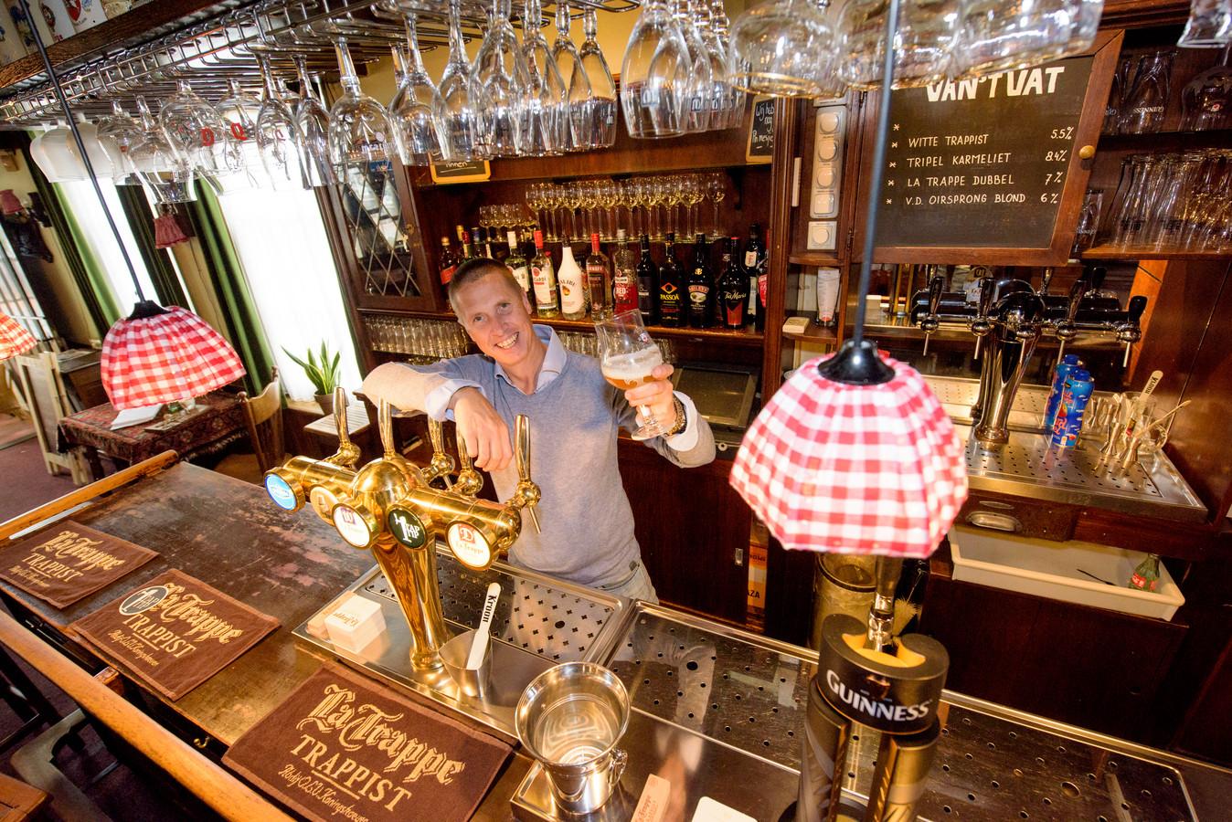 Rob Janssen achter de bar van café Oud Brabant in Oirschot.