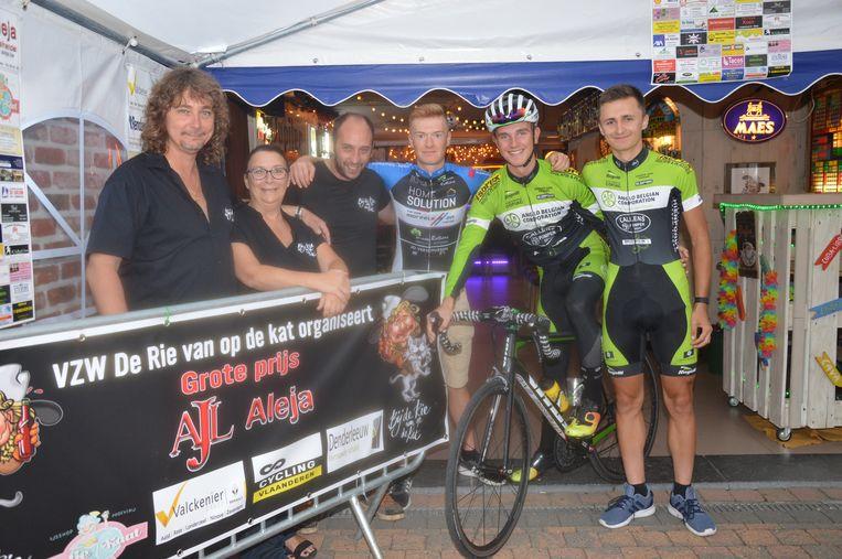 De organisatoren van Bij de Rie van op de Kat met wielrenners Ruben Verschueren, Brent Beeckman en Ryan Segers.