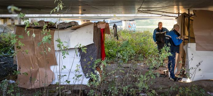 Het mini-krottenwijkje onder het viaduct in Den Bosch.