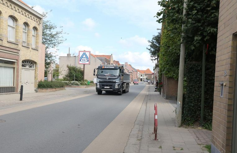 Een vrachtwagen passeert in de Boezingestraat in Langemark.
