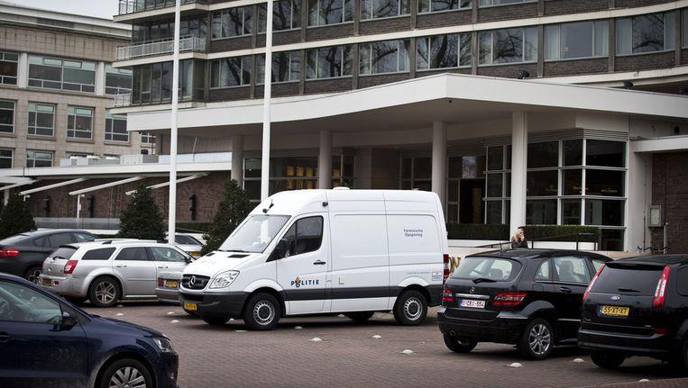 Een busje van de forensische politie bij het Hilton Hotel. Beeld ANP