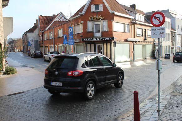 De Bellemstraat niet inrijden? Dat wordt aangetoond met een wel heel klein verkeersbord.