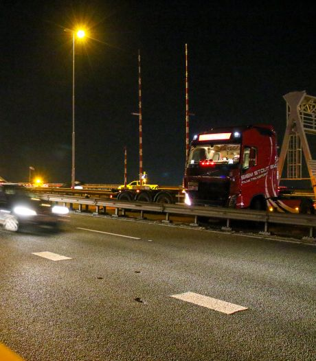 Hoofdrijbaan Van Brienenoordbrug afgesloten na ongeluk