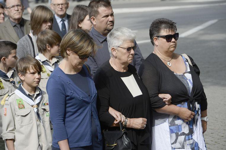 Celie Dehaene, de weduwe van Jean-Luc Dehaene, wordt ondersteund door haar familieleden.
