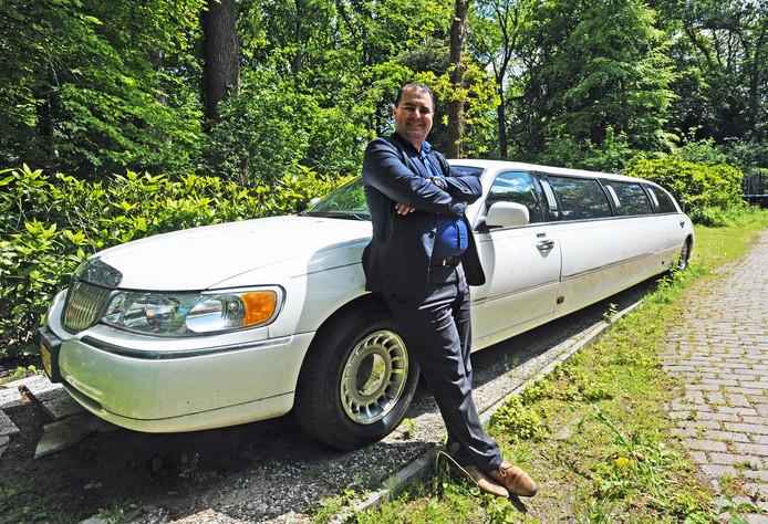 Miljonair Salar Azimi met zijn limousine. Miljonairs zijn steeds jonger, vaak gelukkig getrouwd en zijn meer maatschappelijk betrokken.