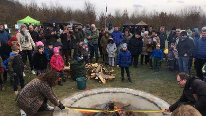 Burgemeester brandt lint Biesbesbos boven kampvuur