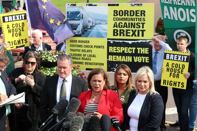 Mary Lou McDonald, de leidster van Sinn Fein, staat de pers te woord in Belfast.