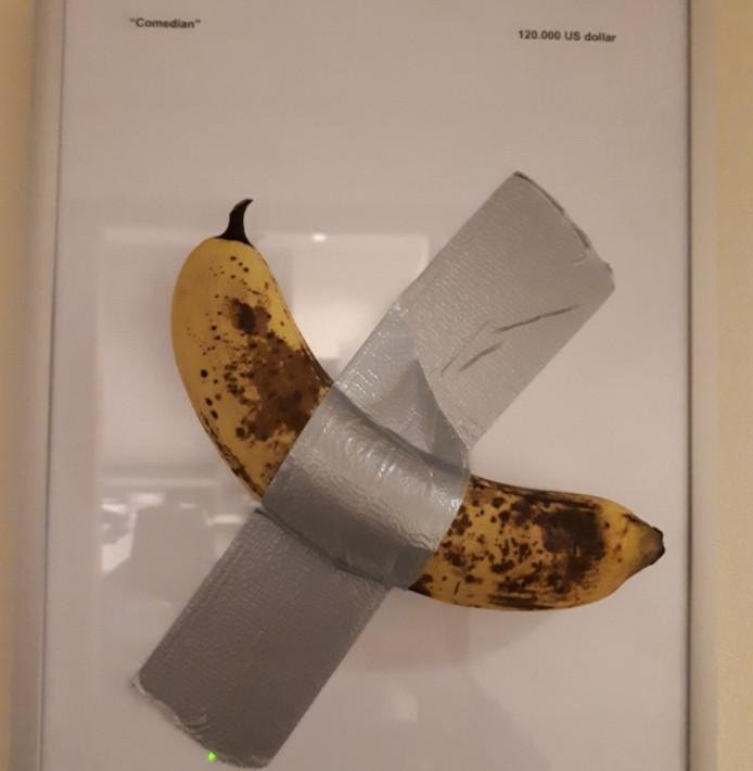 ,,Ook op het bureau in Zwijndrecht hangt kunst aan de muur! #politiehumor.''
