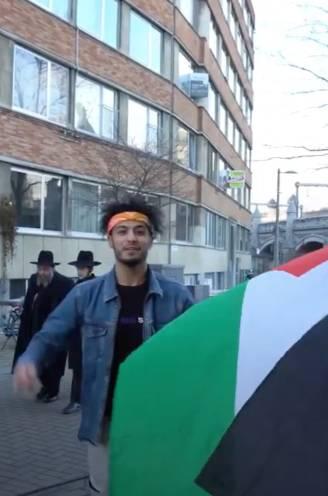 """Skate Twins provoceren Joodse buurt door met Palestijnse vlag te skeeleren en """"Free Palestina"""" te scanderen"""