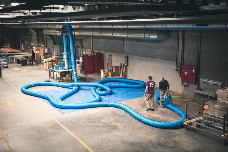 Het touw is in totaal maar liefst 65 meter lang, 30 centimeter dik en weegt ongeveer 250 kilogram.