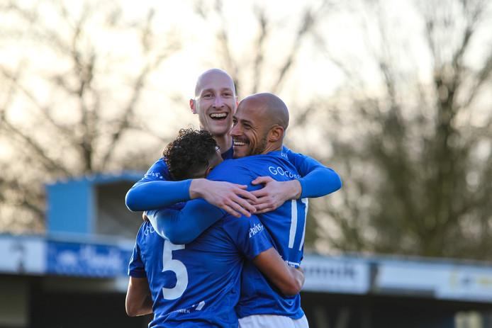 Taoufik Adnane, Jesse van Nieuwkerk en Berry Powel van GVVV vieren de vierde treffer.