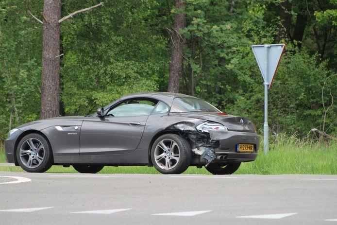 Één van de drie auto's die betrokken waren bij een botsing waarbij twee gewonden vielen.