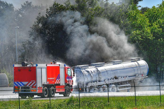 Een tankwagen staat in brand op de A67 bij de grens met België.