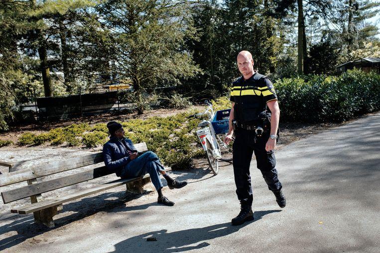 Wijkagent Koen van Grinsven tijdens een bijzonder rustig surveillancerondje door het park.  Beeld Merlin Daleman