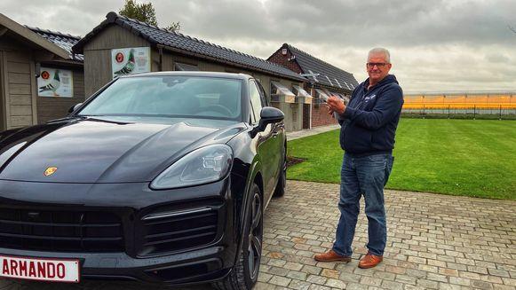Joël bij zijn Porsche Cayenne met gepersonaliseerde nummerplaat, vernoemd naar topduif Armando.