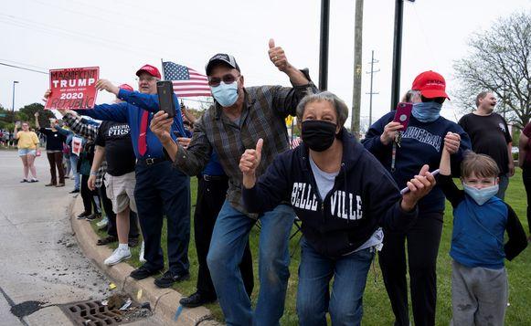 Trump-fans staan aan de fabriek om de president te verwelkomen.