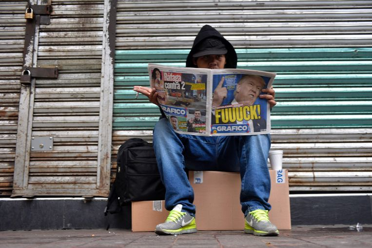 Een man leest een krant in Mexico City. Beeld AFP