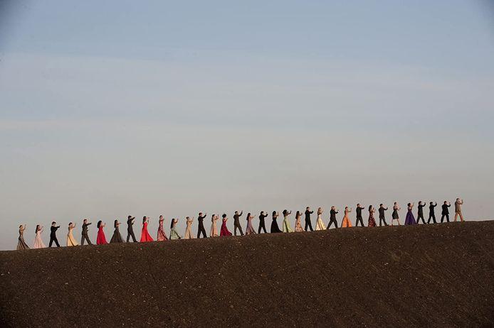 Still uit 'Pina', film van Wim Wenders uit 2011 over choreograaf Pina Bausch. Op de foto: de 'Nelken Line'