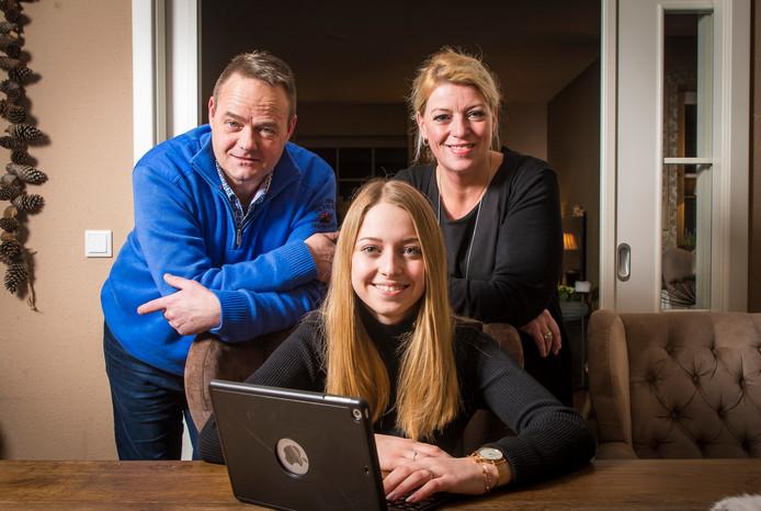 Roos, met haar ouders Marcel en Wilma ter Halle. Zij deed haar schoolexamen in Gronau en wil naar Saxion. Doordat ze het examen Nederlands niet kan doen, gaat dat niet door.