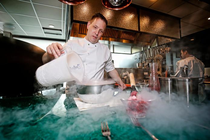Chef-kok Peter Scholte maakt ijs met behulp van stikstof.