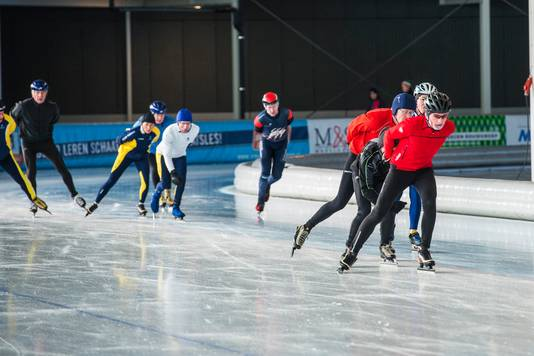 Schaatsers in de Ireen Wüst ijshal.