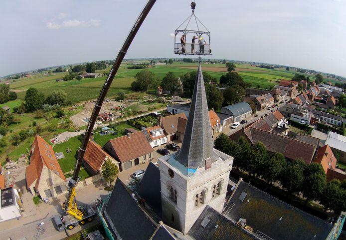 De kerk in Izenberge een paar jaar geleden, toen de haan opnieuw op de spits werd geplaatst.