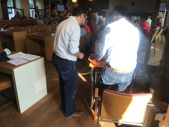 Alle mannelijke gemeenteraadsleden kwamen in lange broek naar de gemeenteraad.