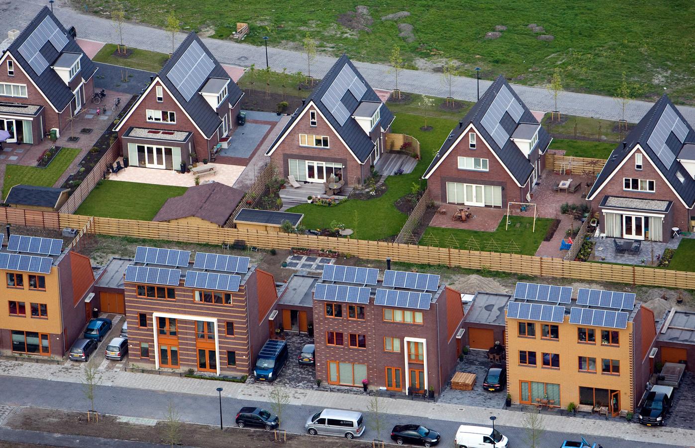 Foto uit 2009. Woonhuizen met zonnepanelen in Heerhugowaard.