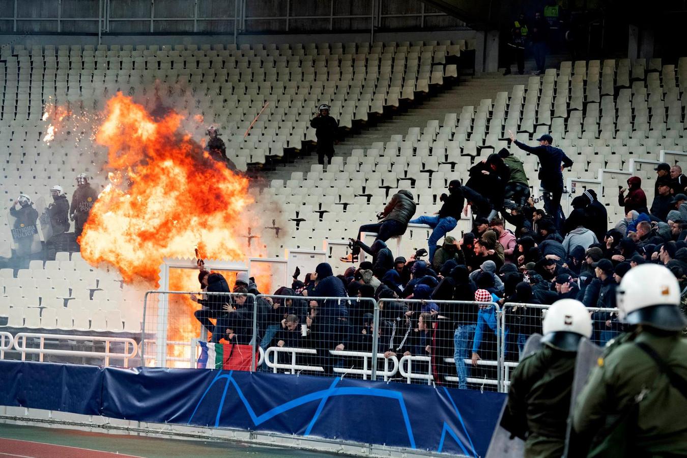 Voorafgaand aan de Champions Leaguewedstrijd van AEK Athene en Ajax waren er rellen op de tribune tussen fans van beide teams. Er werd ook een molotovcocktail naar de Ajax-fans gegooid.