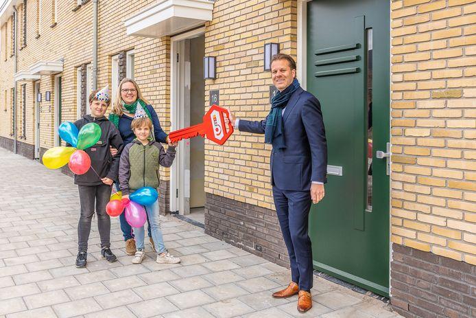 Danny Visser, directeur van SSW, overhandigt de sleutel aan de bewoners van de eerste woning in de nieuwe wijk Hof van Bilthoven.