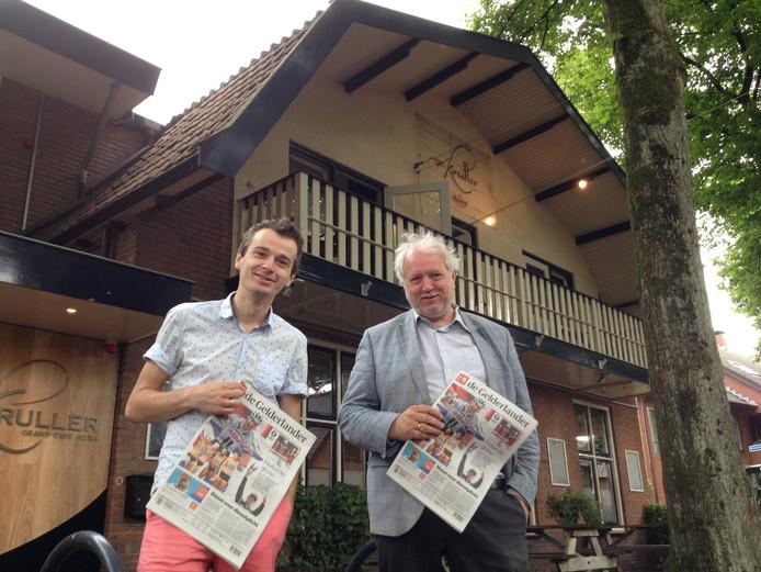 Gelderlander-redacteuren Albert Heller (links) en Eric Wijnacker voor de locatie van de pop-up redactie: Hotel Kruller in Otterlo.
