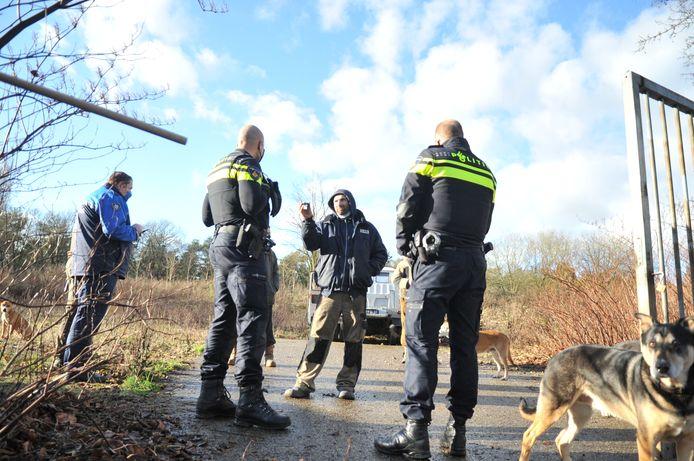 Politie in gesprek met een van de krakers tijdens de ontruiming in Renkum
