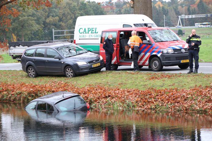 Omstanders hebben de vrouw uit het water geholpen.