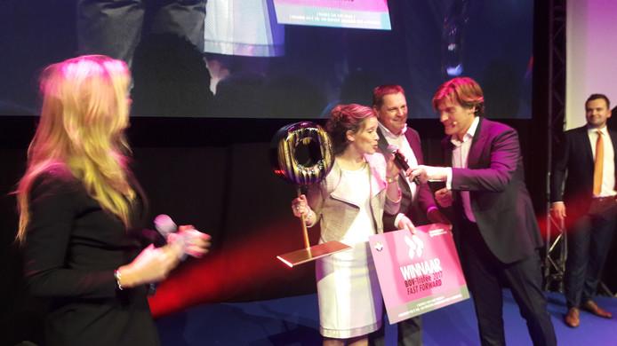 Simone en Rob van Opzeeland met de zojuist gekregen trofee.