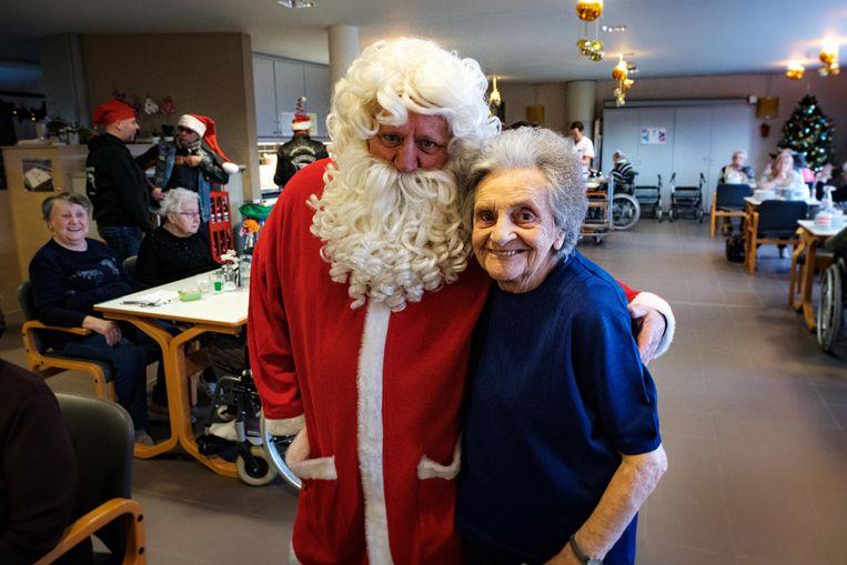Anna Van Cauteren (95) bij de kerstman.