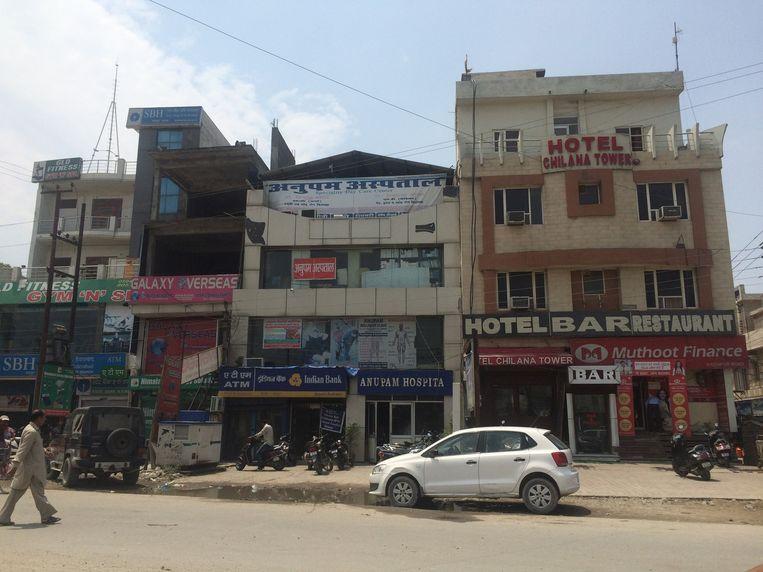 Anupam Hospital in Rudrapur, the private clinic of Himanshu Bansal, next to a cash dispenser and a gym. Beeld VIDYA KRISHNAN/THE HINDU