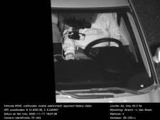 Dikke boete voor Marco uit Dronten voor bellen in de auto, maar wat zie je op de bewijsfoto?