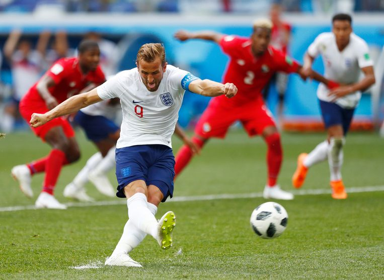 Harry Kane legt aan vanaf elf meter en zal de bal voor de 2-0 snoeihard in het kruis jagen. Hij maakte tegen Panama drie doelpunten. Beeld AP