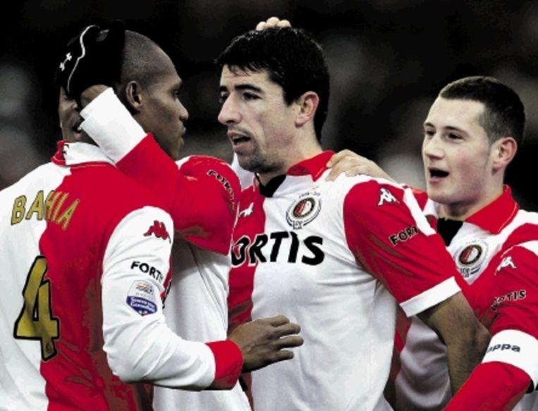 Bahia, Makaay en Bruins vieren een feestje na de 1-1 van Feyenoord. (FOTO ED OUDENAARDEN, ANP) Beeld