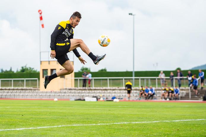 Oussama Darfalou kreeg voor Vitesse de grootste kans in het oefenduel.