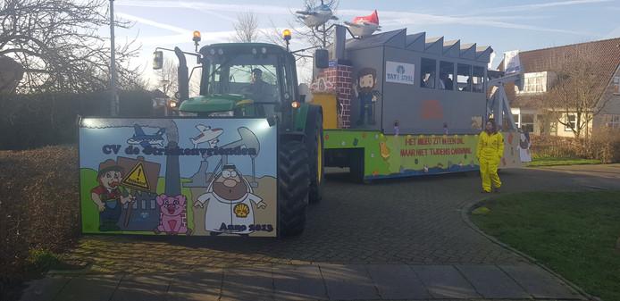 Cv de Striekenvrienden uit Valburg met als thema om het stikstof probleem in kaart te brengen. 'We zouden in Oosterhout de mooie wagen tonen wat helaas niet kan. Wel te zien bij de verlichte optocht in Gendt!'
